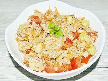 Sałatka z kaszy jęczmiennej i świeżych warzyw