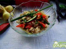 Sałatka z kaszy z sosem czosnkowym
