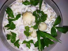 Sałatka z kiełbaskami grillowymi i kalafiorem