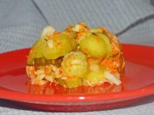 Sałatka z kiszonych ogórków z marchwią i jabłkiem