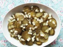 Sałatka z kiszonych ogórków z cebulą