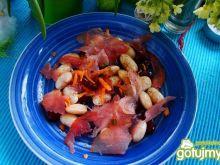 Sałatka z kolorowej fasoli i szynki
