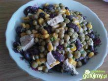 Sałatka z kukurydzy, groszku i fasoli