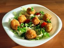 sałatka z kulkami ziemniaczano-rybnymi