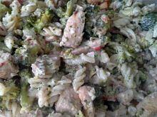 Sałatka z kurczaka z brokułami i makaronem