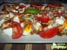 Sałatka z kurczakiem jajkiem mozzarellą