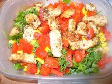 Sałatka z kurczakiem, kukurydzą i papryką