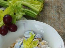 Sałatka z kurczakiem, kukurydzą i winogornami
