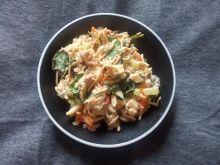 Sałatka z kurczakiem, makaronem i szpinakiem