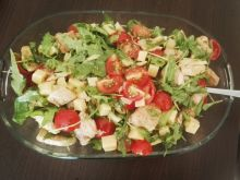 Sałatka z kurczakiem, pomidorkami, rukolą i serem