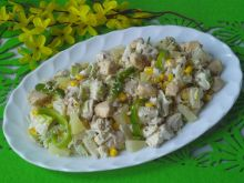 Sałatka z kurczakiem, porem, ananasem i ziarenkami