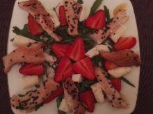 Sałatka z kurczakiem teriyaki i truskawkami