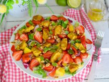 Sałatka z kurczakiem, truskawkami i mango