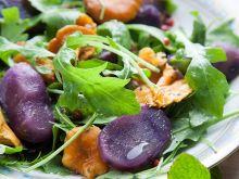 Sałatka z kurek i fioletowych ziemniaków