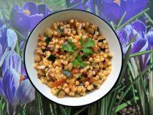 Sałatka z kuskusu perłowego ze smażonymi warzywami