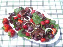 Sałatka z liśćmi botwiny i owocami