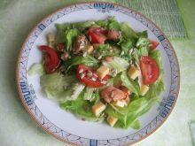 Sałatka z łososiem i żółtym serem