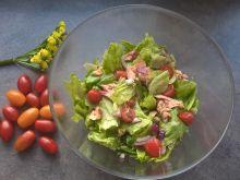 Sałatka z łososiem, pomidorkami i kaparami