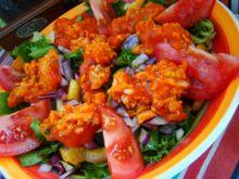 Sałatka z łososiem w pomidorach