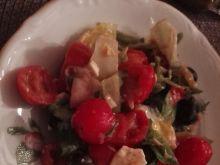 Sałatka z łososiem z miodowo - musztardowym sosem