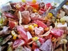 Sałatka z makaronem i kukurydzą