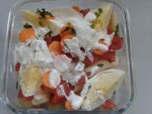 Sałatka z makaronem i świeża marchewką