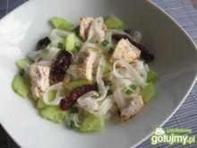 Sałatka z makaronem ryżowym i tołpygą