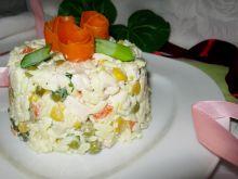 Sałatka z makaronem, warzywami i kurczakiem