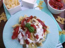 Sałatka z makaronu i suszonych pomidorów.