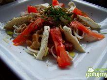 Sałatka z makaronu razowego i mozzarellą