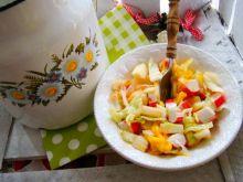 Sałatka z mango i paluszków krabowych
