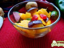 Sałatka z mango i śliwek