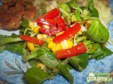 Sałatka z marynowaną papryką i sosem
