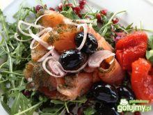 Sałatka z marynowanego łososia z czarnym