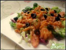 Sałatka z marynowanym łososiem