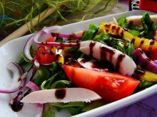 Sałatka z melonem szynką i sosem balsamicznym