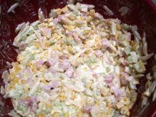Sałatka z mortadelą,makaronem, kukurydzą  ogórkiem