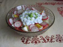 Sałatka z mozzarellą, jajkiem i rzodkiewką