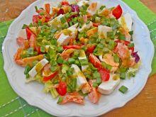 Sałatka z mozzarellą i łososiem
