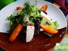 Sałatka z mozzarelli i śliwki