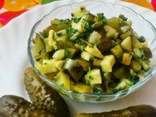 Sałatka z ogórka kiszonego i jabłka