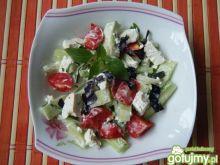 Sałatka z ogórków, bazylii i pomidorów