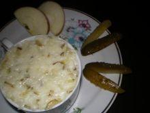 Sałatka z ogórków kiszonych i jabłek