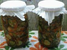 Sałatka z ogórków, marchwi, cebuli i natki