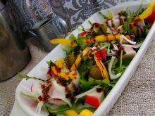 Sałatka z oliwek , papryki i paluszków krabowych