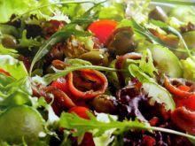Sałatka z oliwkami i z sardelą