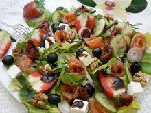 Sałatka z orzechami i truskawkami