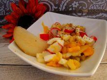 Sałatka z paluszkami krabowymi i owocami