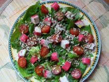 Sałatka z paluszkami krabowymi i pomidorkami