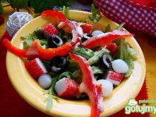 Sałatka z paluszkami krabowymi i sosem